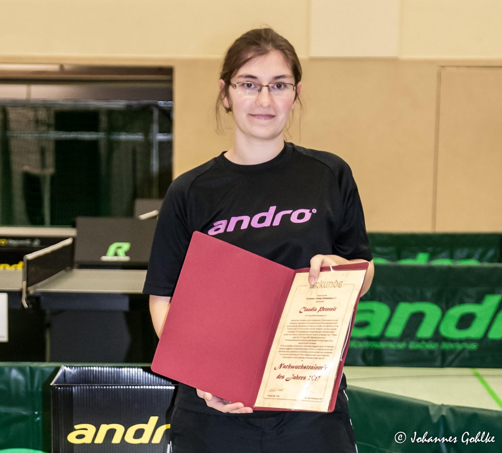 Claudia-Peitereit-erhält-die-Auszeichnung-zur-Trainerin-des-Jahres